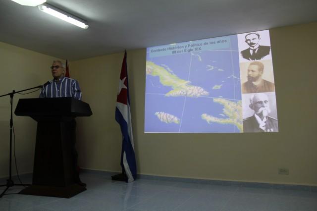 El MSc José Sánchez Guerra durante su confrencia